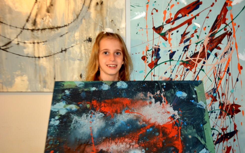 A artista plástica Sofia Cobucci, de 8 anos, começou a pintar as primeiras telas aos 4 anos, em Campinas (Foto: Patrícia Teixeira/G1)