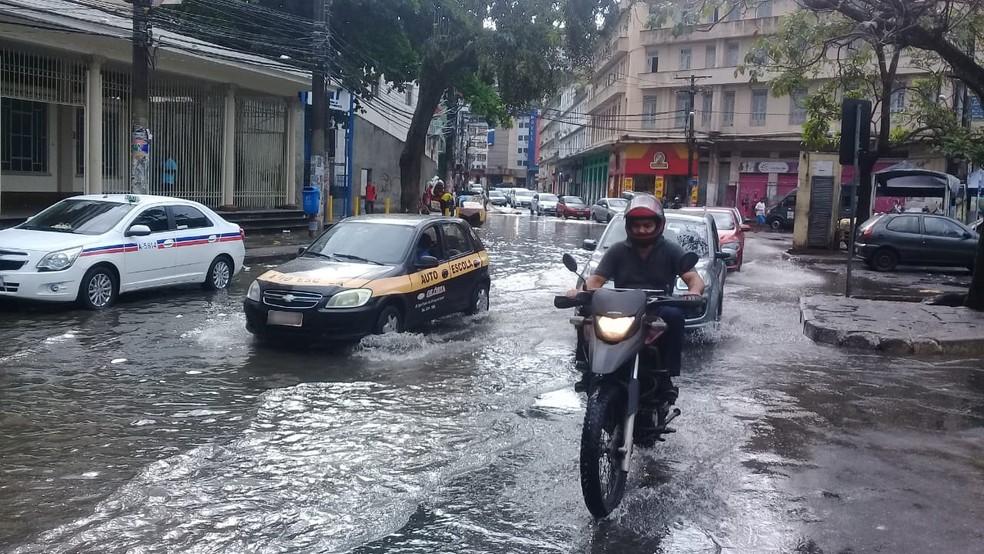 Um dos pontos de alagamento em Salvador é no bairro da Calçada — Foto: Cid Vaz/TV Bahia