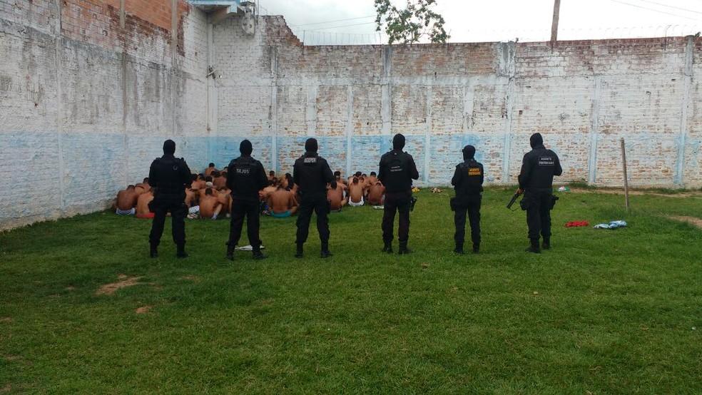 Revista foi feita após diretor desconfiar que havia droga e celulares no presídio (Foto: Anderson Gonçalves/Arquivo Pessoal)