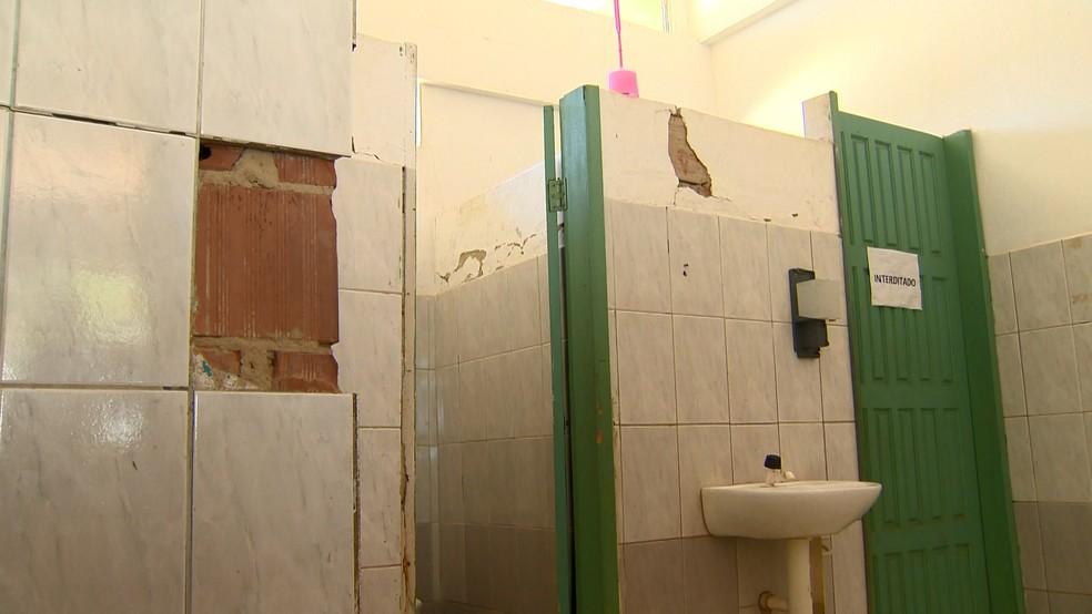 Revestimento de banheiro da escola está caindo, no ES   — Foto: Samy Ferreira/ TV Gazeta