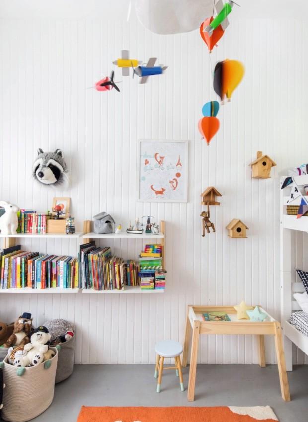 Prateleiras. Inspiração montessoriana, as peças foram colocadas ao alcance das crianças para o acesso fácil aos livros. Cestos da Lorena Canals, na Mimoo Toys (Foto: Rafaela Paoli / Histórias de Casa)