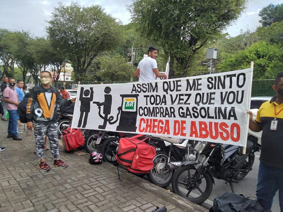 Motoboys fazem 'buzinaço' e protestam contra preço da gasolina em em Natal — Foto: Julianne Barreto/Inter TV Cabugi