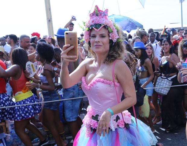 Maíra Charken registra bloco com o celular  (Foto: AgNews)