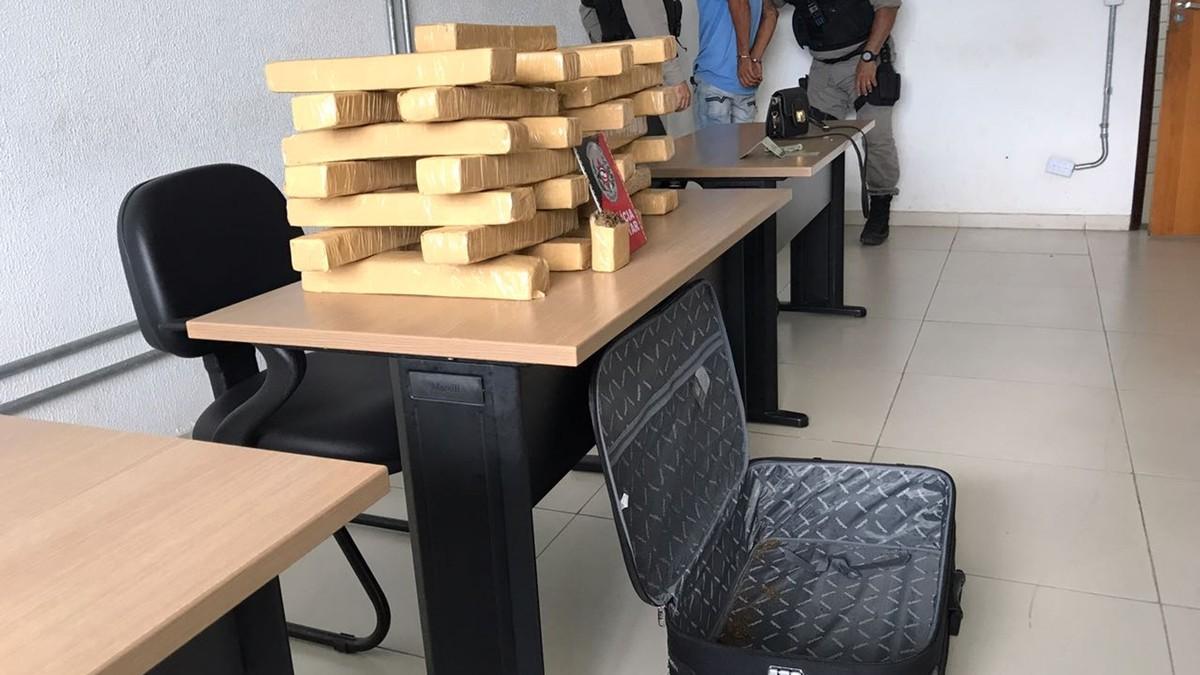 Polícia encontra cerca de 30 kg de maconha na mala de carro em João Pessoa