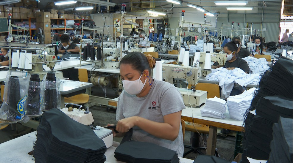 Para melhorar as vendas empresa de cueca de Brodowski (SP) investe na produção de máscara — Foto: Reprodução / EPTV