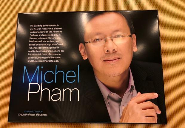 Quadro em homenagem a Michel Pham, da Marketing Division (Foto: ARQUIVO PESSOAL/FERNANDA LOPES DE MACEDO THEES)