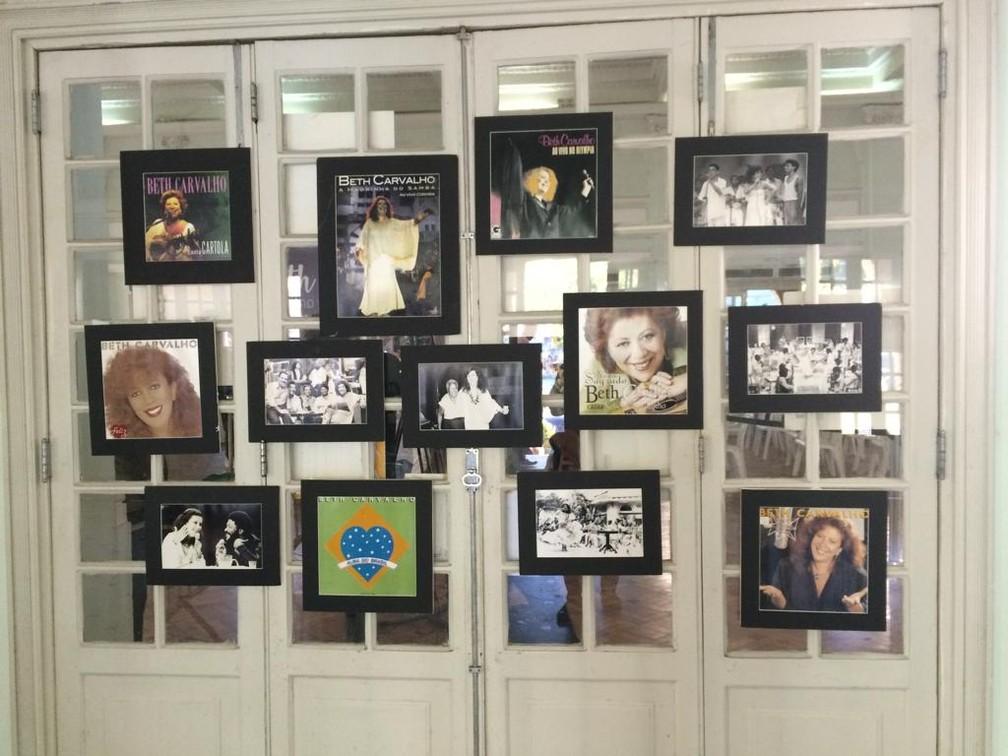 Fotos de Beth Carvalho e álbuns da cantora são exibidos no velório — Foto: Cristina Boeckel/G1