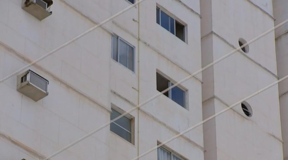 Mulher limpava a janela do apartamento quando caiu — Foto: Reprodução/TV TEM