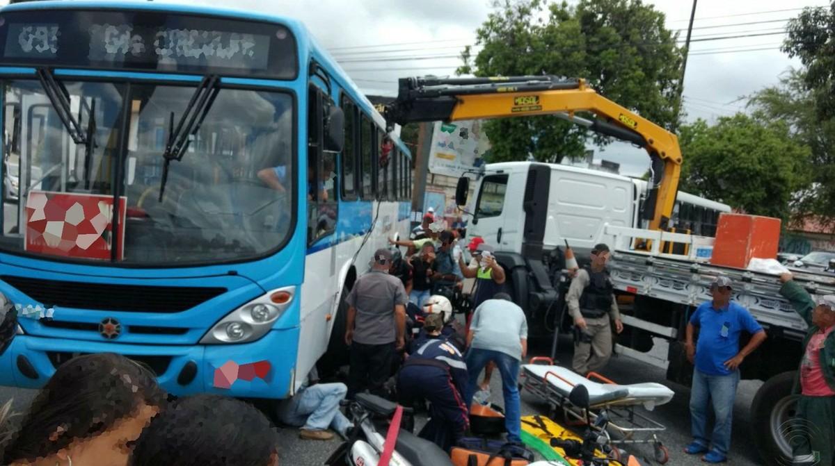 Acidente envolvendo ônibus e moto deixa mulher ferida em Campina Grande