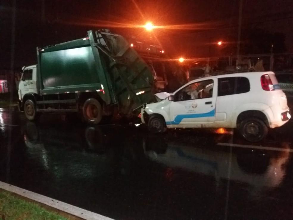 Servidor de coleta urbana é atropelado durante o trabalho — Foto: Deletran-MT/Assessoria