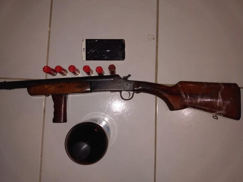 Arma e munições foram apreendidas com homem que morreu após confronto com PMs no Oeste potiguar — Foto: PM/Divulgação