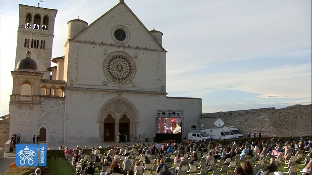 Fieis acompanham do lado de fora a beatificação do jovem Carlo Acutis, em Assis, na Itália. — Foto: Reprodução/Redes sociais