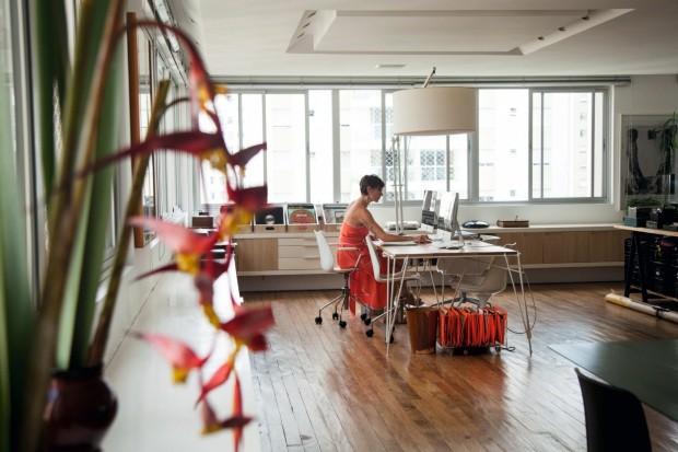 Escritório. Mesa Vergalho, da Fetiche Design. Cadeiras Maui compradas na Kartell (Foto: Mayra Azzi / Editora Globo)