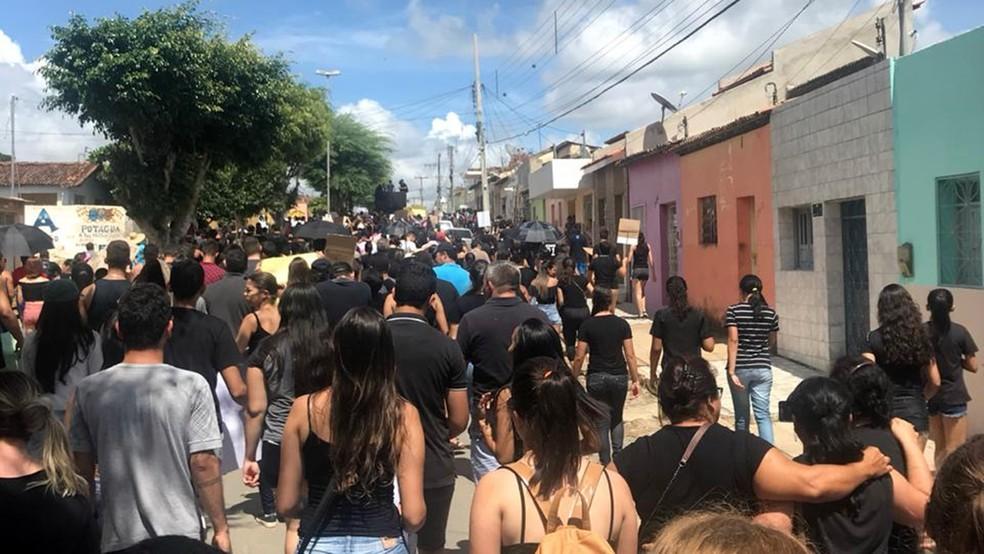 Manifestantes foram às ruas na cidade de Cuité, no Cariri da Paraíba — Foto: Rebeca Honorato/Arquivo Pessoal