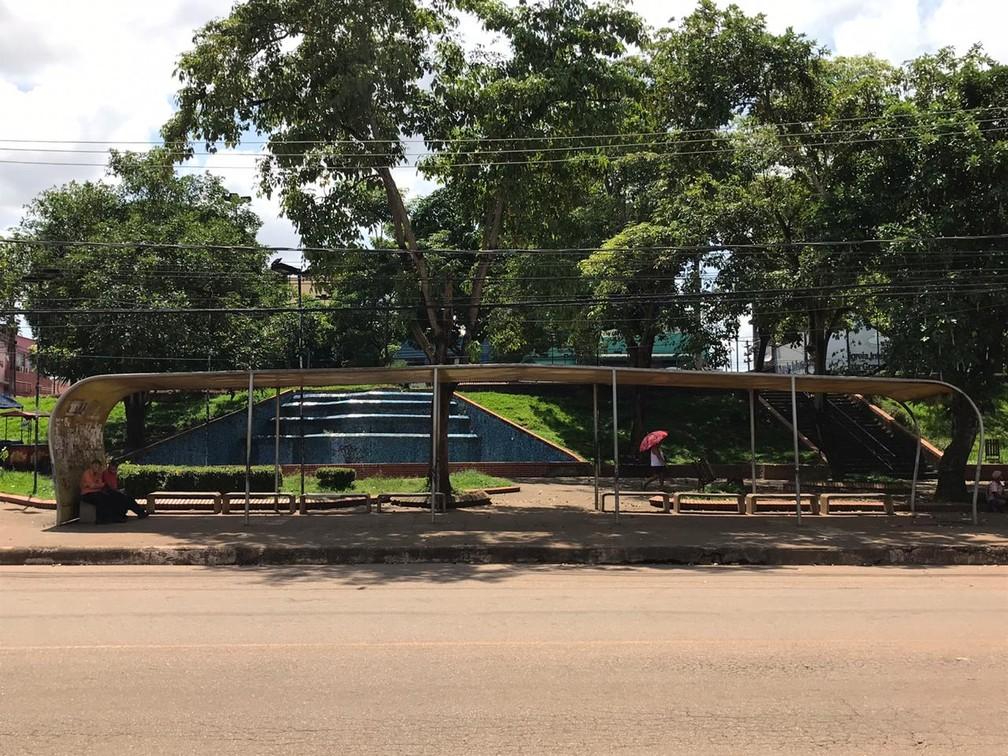 PORTO VELHO - Pouca movimentação em parada de ônibus na Praça Marechal Rondon no Centro de Porto Velho, nesta quinta-feira (26). — Foto: Ana Kézia Gomes/G1