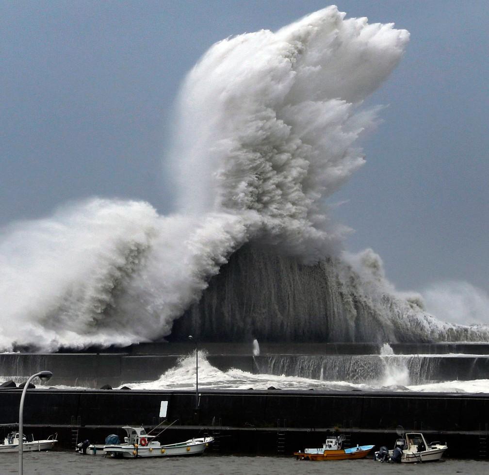 Ondas atingem barreira em porto de Aki, província de Kochi, enquanto tufão Jebi se aproxima do Japão nesta terça-feira (4)  (Foto: Ichiro Banno/Kyodo News via AP)