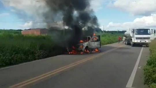 Carro de igreja do interior do Ceará pega fogo em estrada