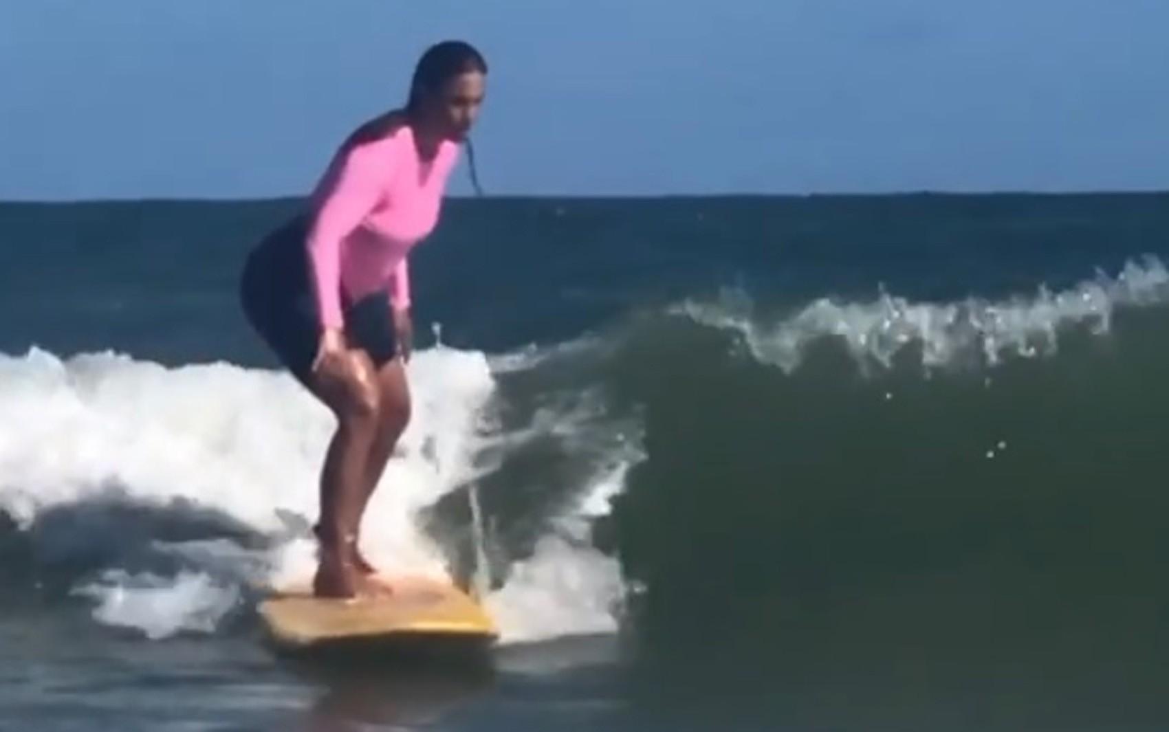Ivete Sangalo posta vídeos onde aparece surfando com filho: 'Mãe de peixinho, surfista é'