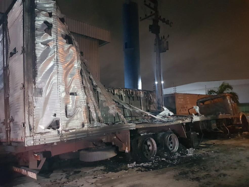 As chamas se alastraram e atingiram um segundo caminhão que estava estacionado na Rua 14, no Alto Alegre II. — Foto: Rafaela Duarte/ Sistema Verdes Mares