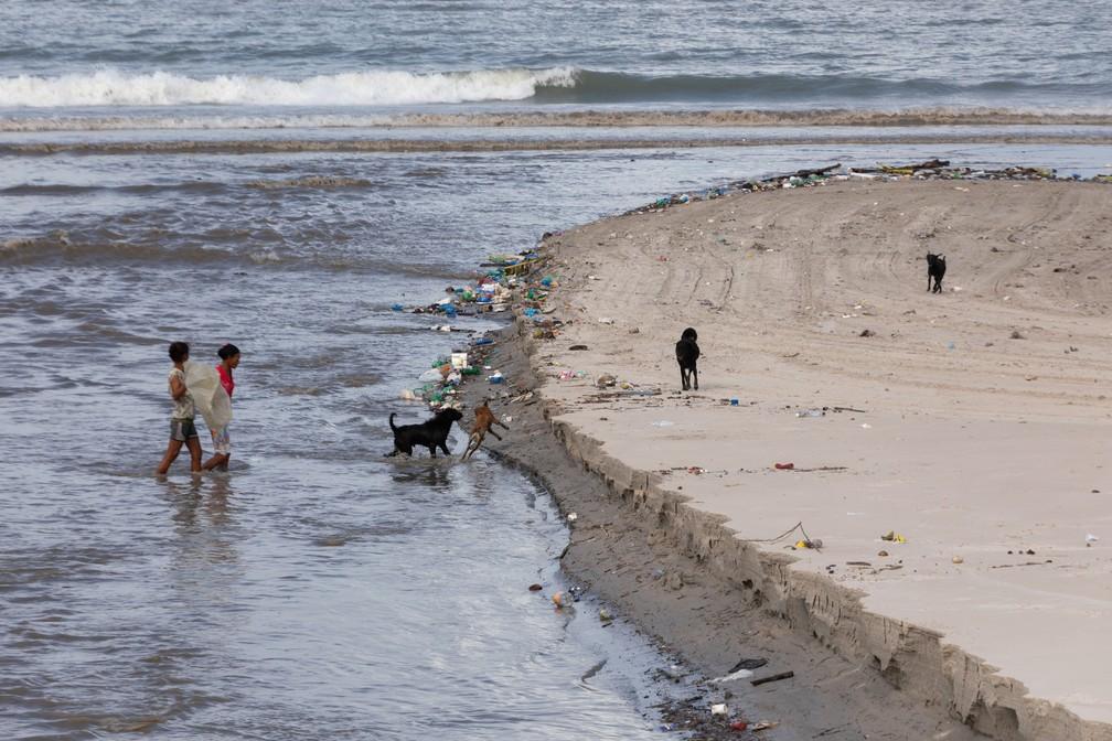 Local onde Riacho Salgadinho deságua no mar, na Praia da Avenida — Foto: Marcelo Brandt/G1