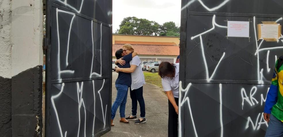 Professores, funcionários e alunos foram recebidos com abraços na escola alvo de massacre em Suzano. — Foto: Maiara Barbosa/G1