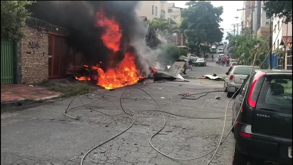 Avião de pequeno porte caiu em Belo Horizonte. — Foto: Reprodução/GloboNews