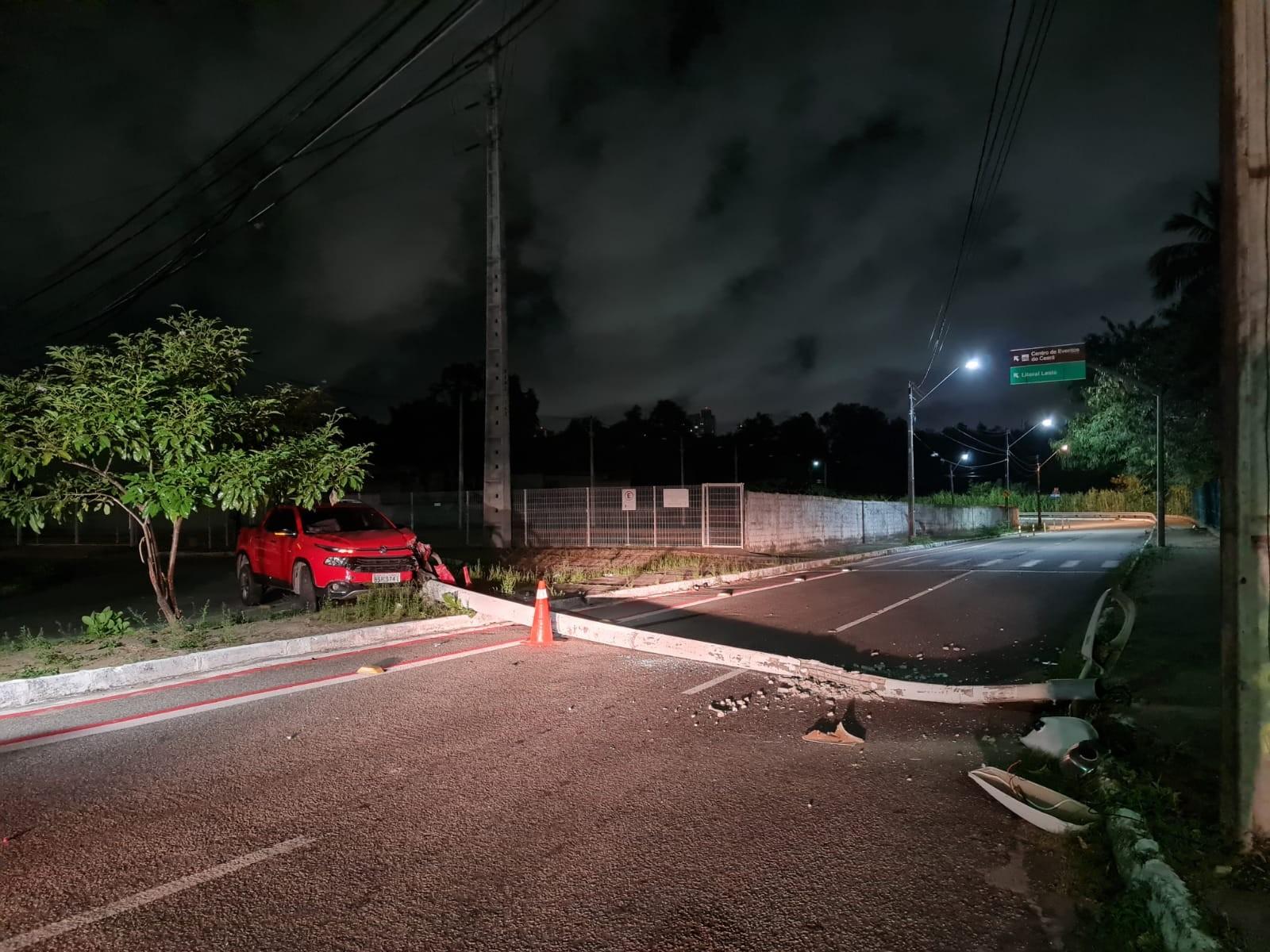 Professora fica ferida após bater carro e derrubar poste em rua de Fortaleza