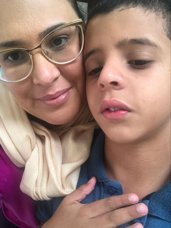 Elaine Barbosa com o filho, Miguel Antonio, de 11 anos, que é autista — Foto: Arquivo Pessoal/Elaine Barbosa