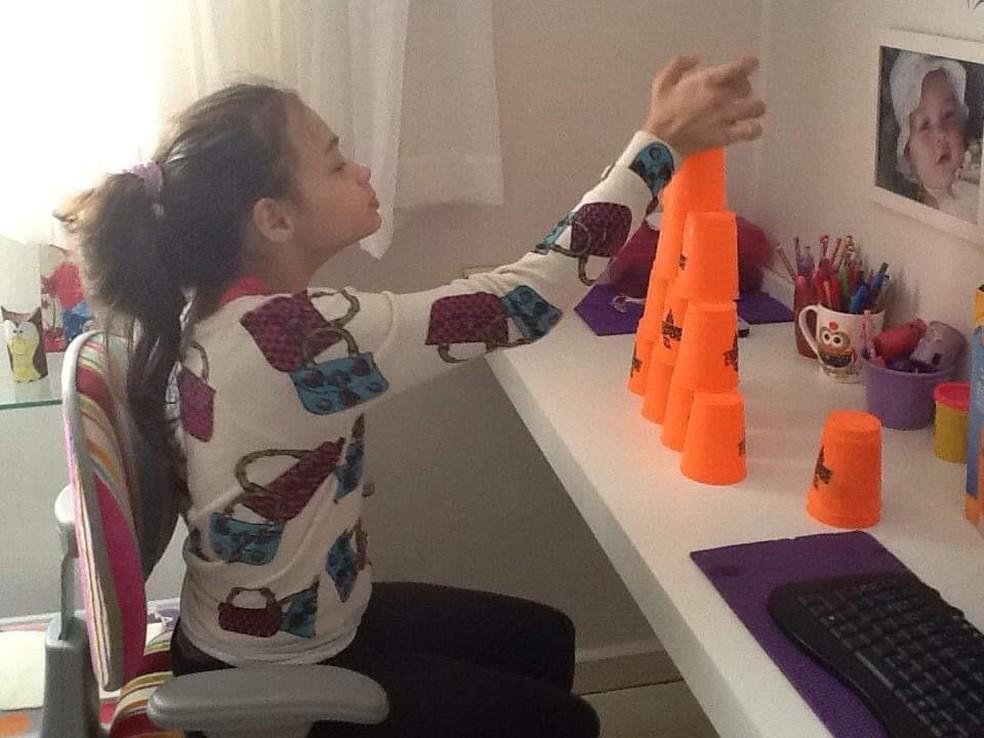 Amanda fez diversas terapias durante a infância para melhorar o desenvolvimento  — Foto: Janaina Mangili/Arquivo pessoal