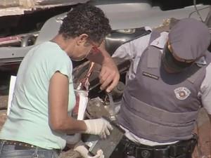 Equipes da polícia periciam veículos envolvidos no acidente (Foto: Reprodução/ TV TEM)