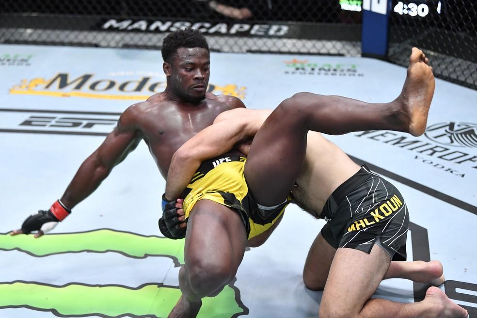 Jacob Malkoun usou o wrestling para dominar Abdul Razak Alhassan no UFC Whittaker x Gastelum — Foto: Getty Images