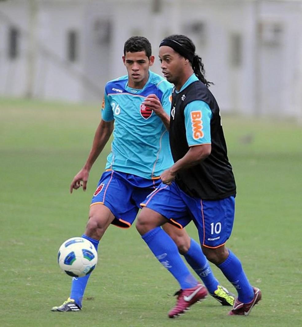 Lorran marca Ronaldinho em treino do Flamengo, em 2011; o jogador foi formado nas divisões de base do Rubro-Negro (Foto: Reprodução/Faceboo)