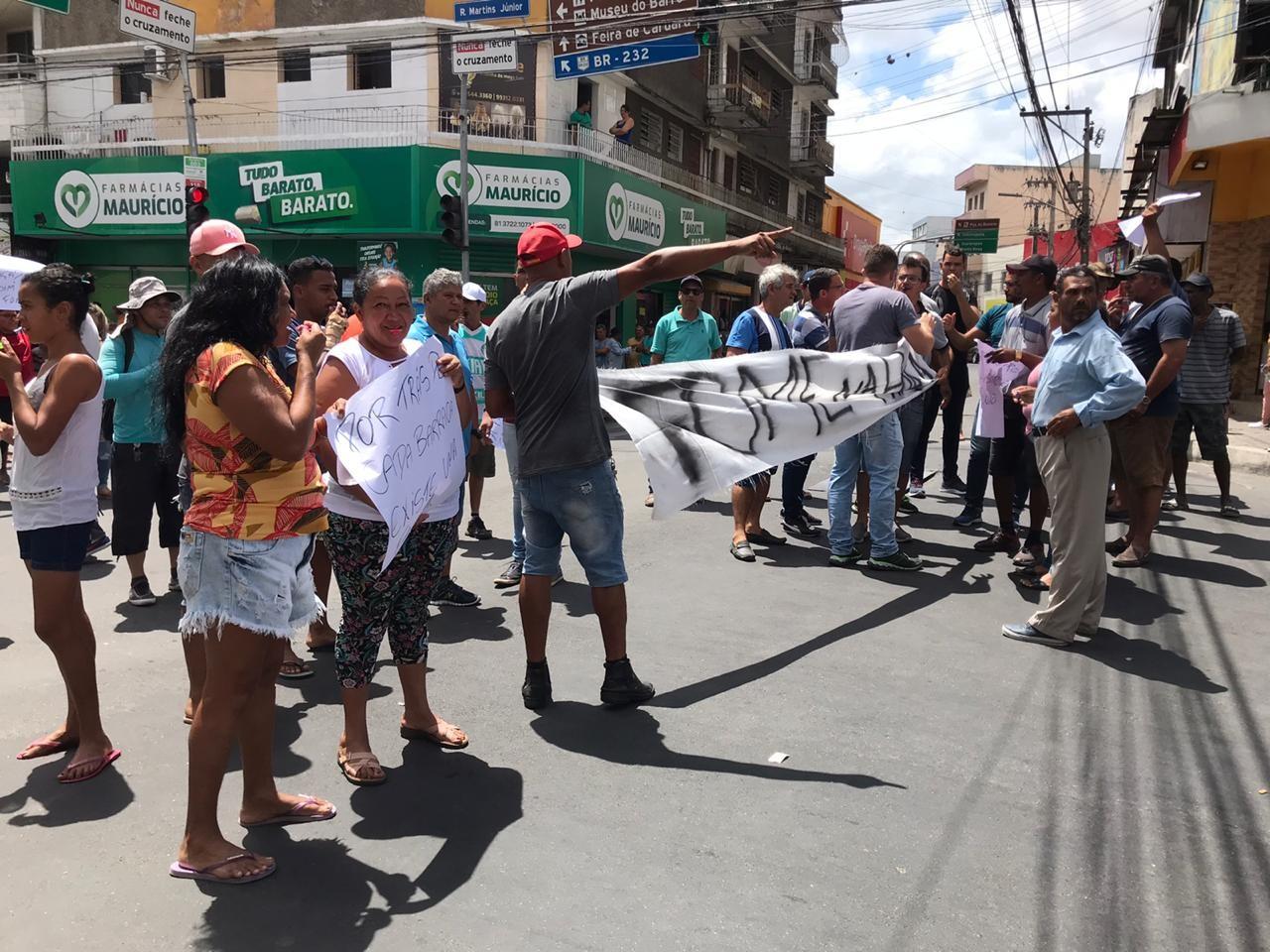 Vendedores ambulantes realizam protesto no Centro de Caruaru por mudança nos locais de trabalho - Notícias - Plantão Diário