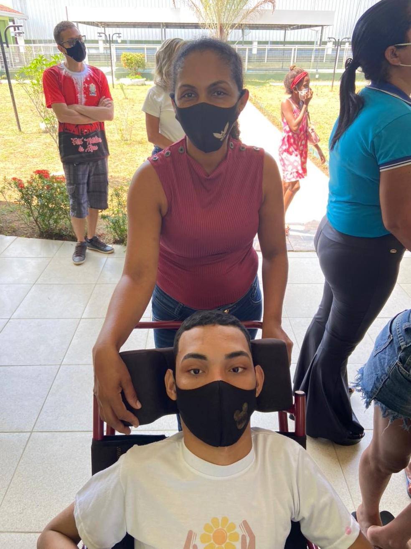CALHA NORTE - A diarista Maria das Graças da Silva, de 38 anos, e o filho Janderson na APAE de Cruzeiro do Sul.  — Foto: Mayara Subtil/Rede Amazônica