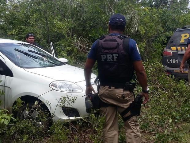 Veículo foi encontrado em um matagal das imediações do bairro Pedrinhas em São Luís (MA) (Foto: Divulgação/Polícia Rodoviária Federal)