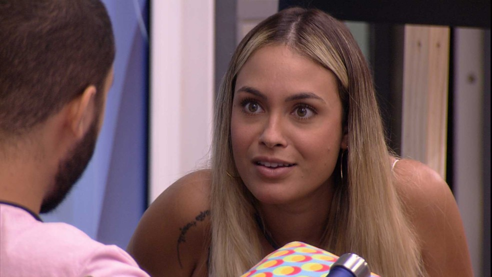 Sarah reclama de Fiuk em conversa com Gilberto — Foto: Globo