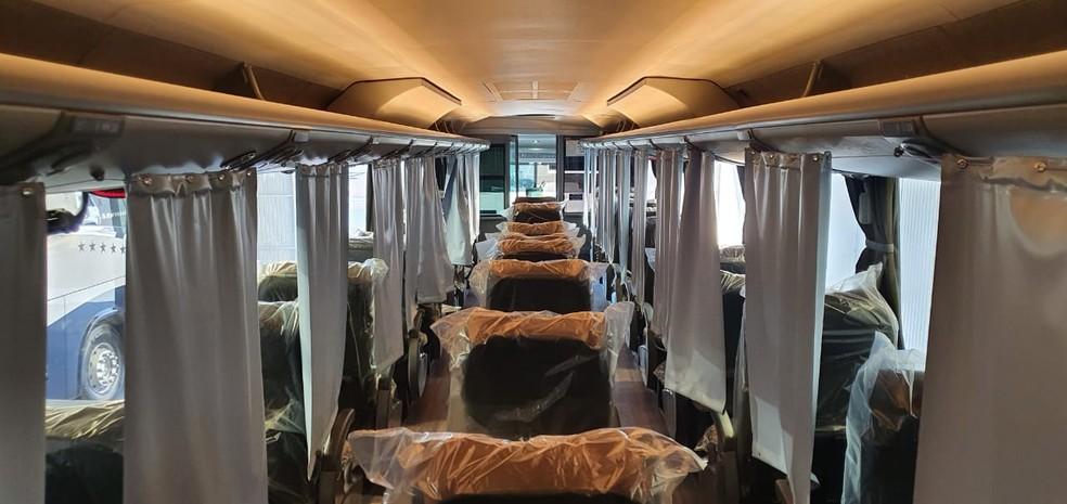 Poltronas individuais e separadas por cortinas de tecido antibacteriano são usadas no ônibus  — Foto: Divulgação/Ouro e Prata