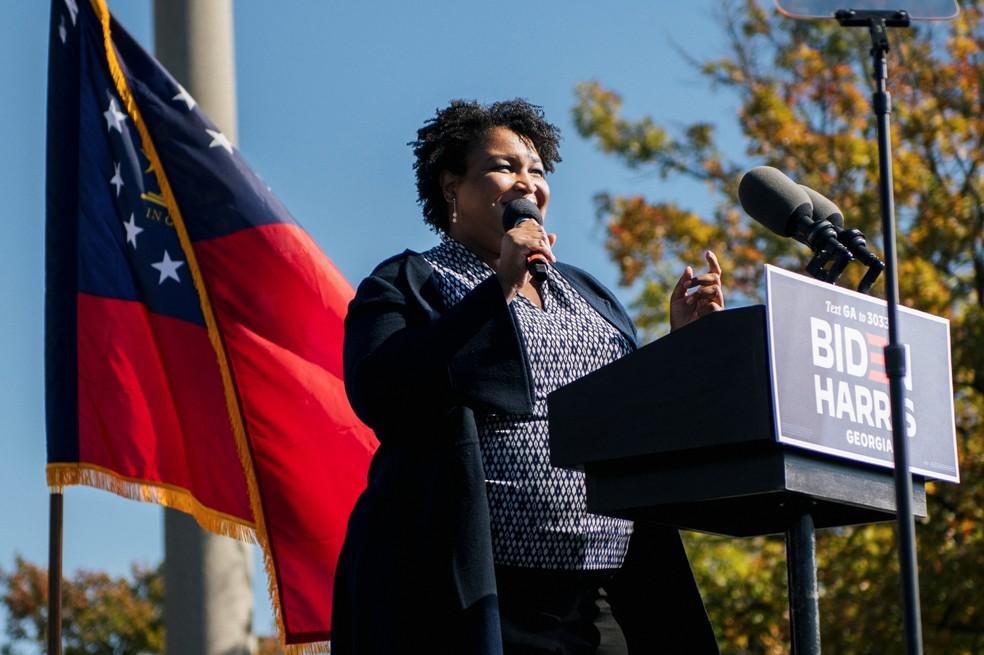 2 de novembro - Stacey Abrams, ex-líder da minoria na Câmara dos Representantes da Geórgia, fala em Atlanta — Foto: Brandon Bell/Reuters