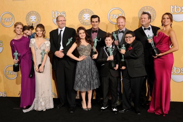 A atriz Sarah Hyland com seus colegas de elenco na série Modern Family  (Foto: Getty Images)
