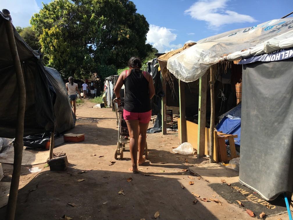 Terreno vizinho ao abrigo Jardim Floresta foi ocupado por dezenas de famílias: 'o dono nos permite ficar', diz Jesus Parababire, 34, há 3 meses no local (Foto: Emily Costa/G1 RR)