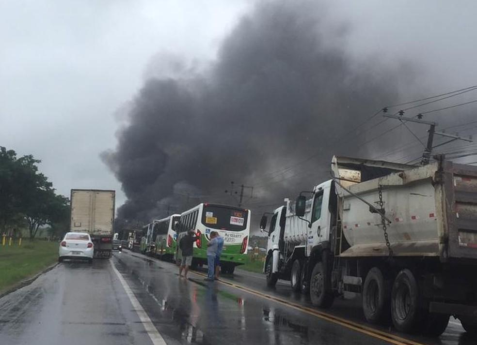 Acidente entre caminhões na BR-465- Estrada Rio São Paulo, próximo à entrada de Itaguaí, — Foto: Vivian dos Santos Bonaço / Arquivo pessoal