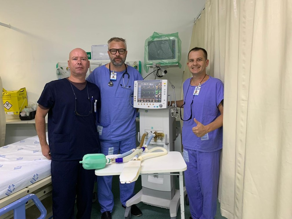 Emmanuel Rath Bonazina, Marcio Ramos Laguna e Andre Hoerbe Bacchin ao lado do respirador adaptado — Foto: Equipe de Fisioterapia/Arquivo Pessoal