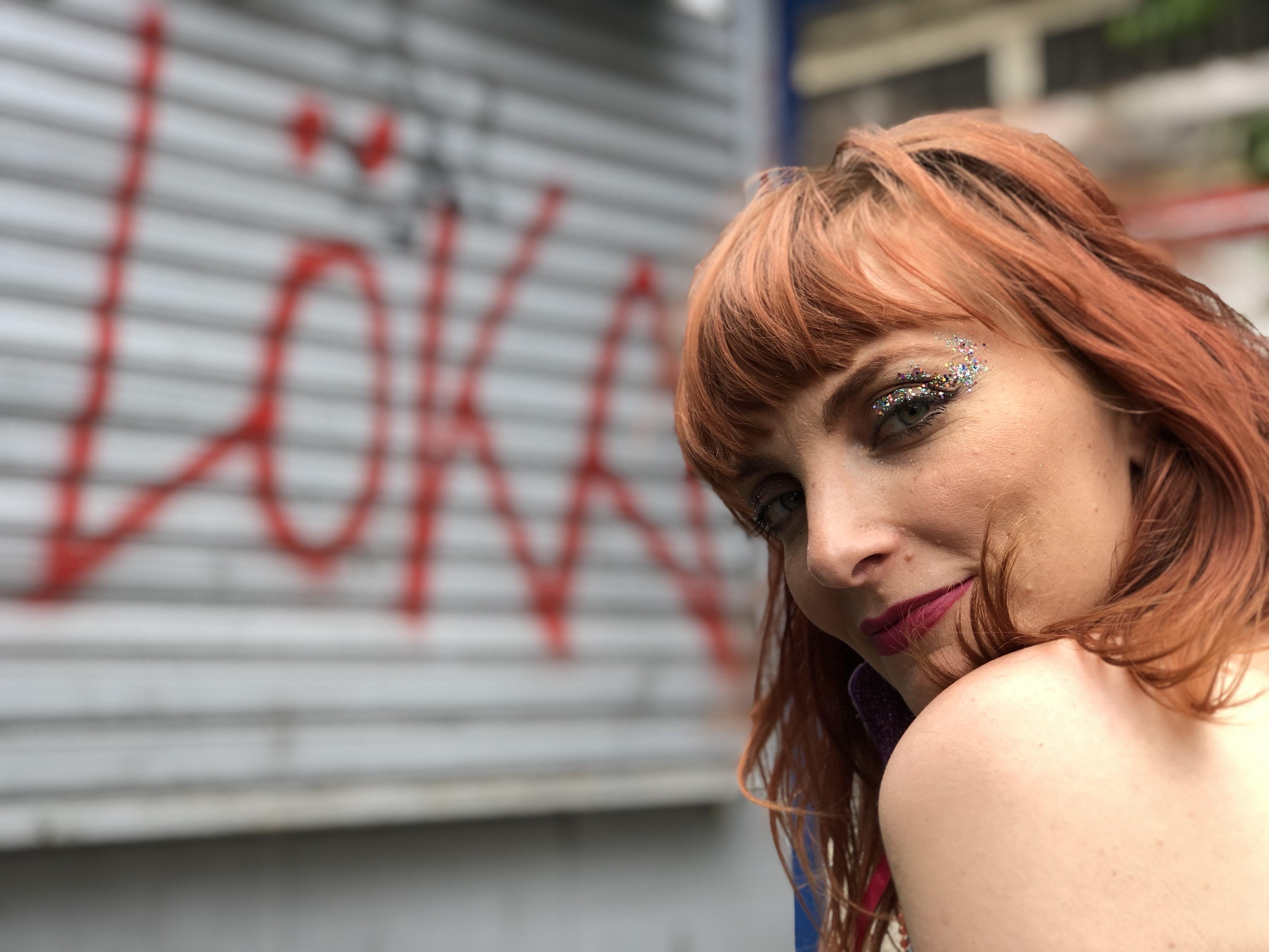 Nina Wirtti abre alas como compositora ao cair com verve no samba 'Loka'