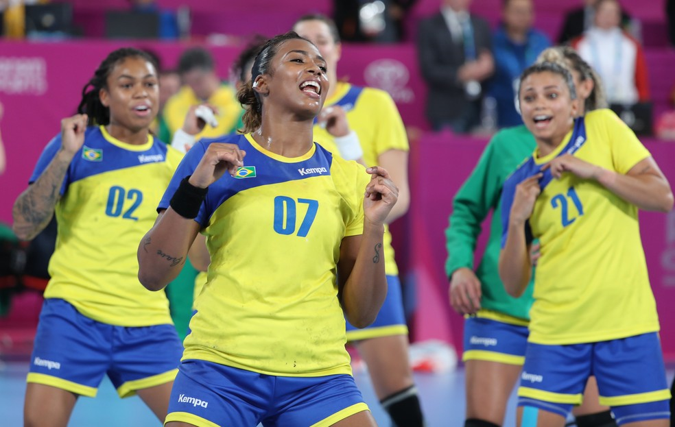 Depois do jogo, brasileiras dançaram em quadra para comemorar — Foto: REUTERS/Sergio Moraes