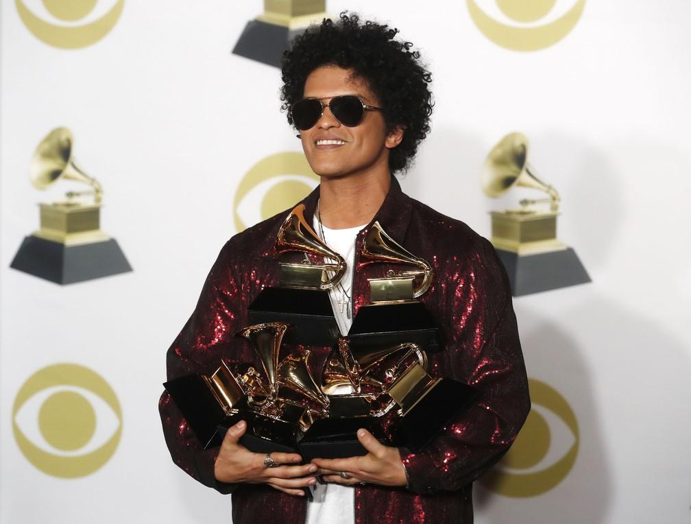 O cantor Bruno Mars posa com seus Grammys após a cerimônia de premiação (Foto: Carlo Allegri/Reuters)
