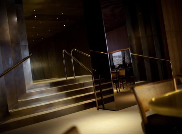 O aço espelhado das colunas e os detalhes de dourado trazem elegância  (Foto: Lexie Moreland/WWD)