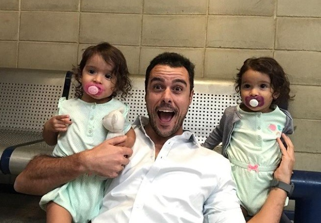 Joaquim Lopes com as atrizes gêmeas que foram sua filha em 'Malhação' (Foto: Reprodução Instagram)