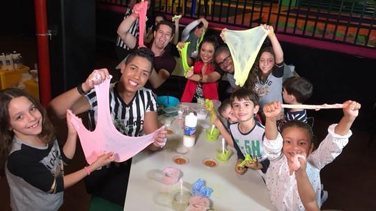 Pedro Leonardo e Cris Ikeda se divertem fazendo 'slime'!