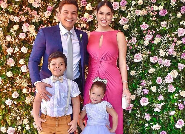 Wesley Safadão posa com a mulher (grávida) e os filhos (Foto: Reprodução/Instagram)
