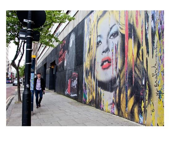 Em agosto de 2012, Kate Moss ganhou um mural desenhado pelo artista Mr. Brainwash. A parede decorada fica na New Oxford Street, em Londres (Foto: Reprodução)